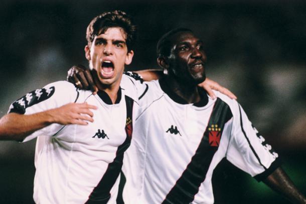 Juninho Pernambucano comemora gol ao lado de Odvan (Foto: Reprodução / Vasco)