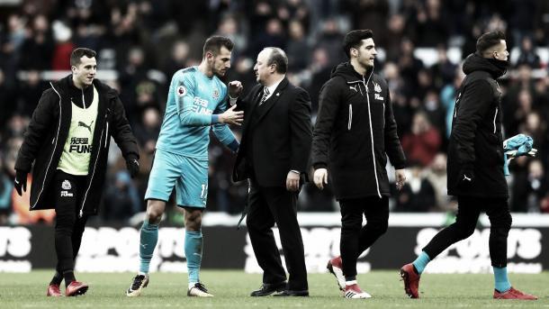 Martin Dubravka felicitado por Benítez. Foto: Premier League.