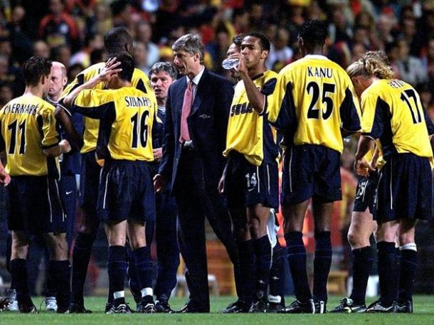 Wenger con sus jugadores ante de la tanda de penaltis de la final   Fuente: UEFA