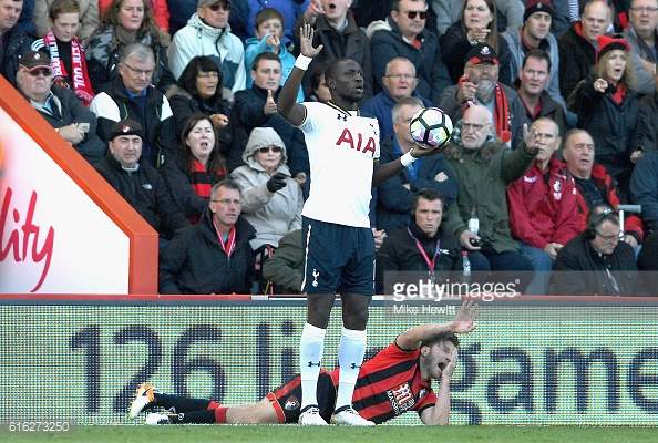 Arter goes down in pain after an elbow from Sissoko (photo: Getty Images / Mike Hewitt)