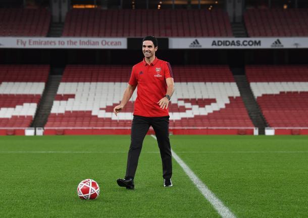Arteta sobre el césped del Emirates   Fuente: @Arsenal (Twitter)