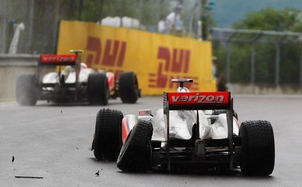 Lewis Hamilton con su coche dañado. Fuente: Getty Images