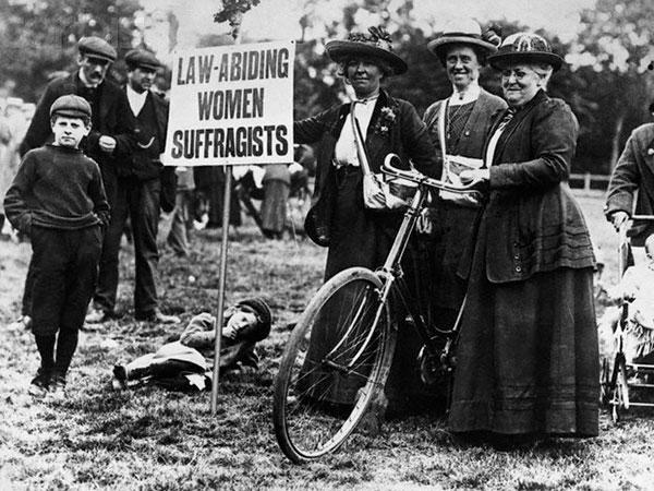 Sufragismo y bicicleta ( https://www.bikesorbicycles.com/ladies-bikes-womens-rights-movement/ )