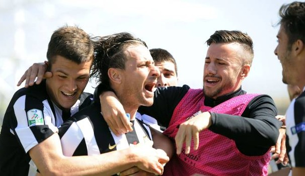 Esulta Cacia, con i compagni di squadra, dopo il gol dell'1-0 - Foto Il Resto del Carlino