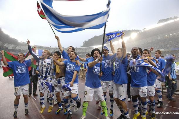 Los jugadores de la Real Sociedad celebran el ascenso a Primera y el título de Segunda División. Fotografía: Web Real Sociedad