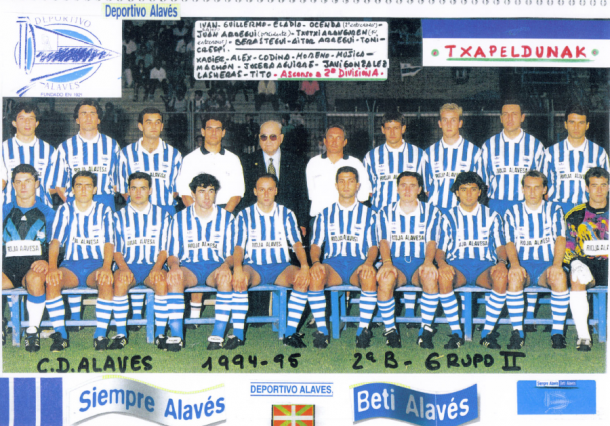 Equipo del Deportivo Alavés que consiguió el ascenso a 2ª, con Juan Arregui y Txutxi Aranguren. Fuente: glorioso.net