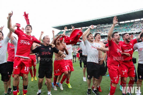 La plantilla sportinguista celebra el ascenso de 2015 | Imagen: Juan Ignacio Lechuga - VAVEL