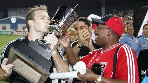 Aficionados de DC United celebran el título con sus jugadores (mlssoccer.com)