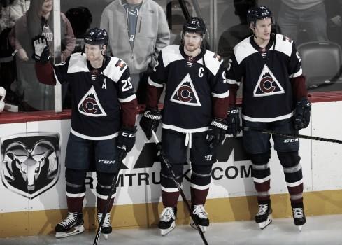 El center Nathan MacKinnon, LW Gabriel Landeskog y RW Mikko Rantanen | Foto: Associated Press