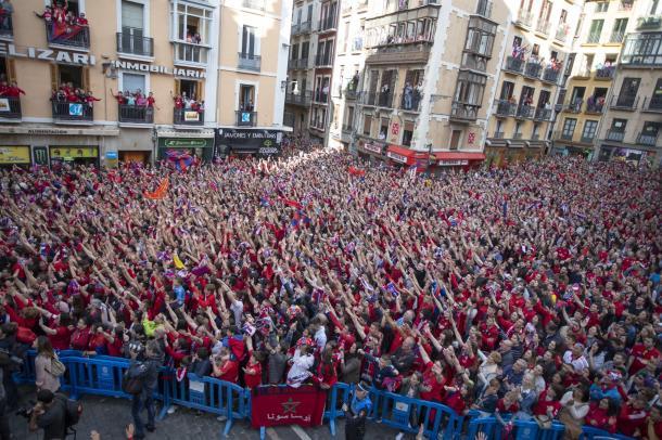 La plaza del Ayuntamiento llena de aficionados. Foto: Osasuna