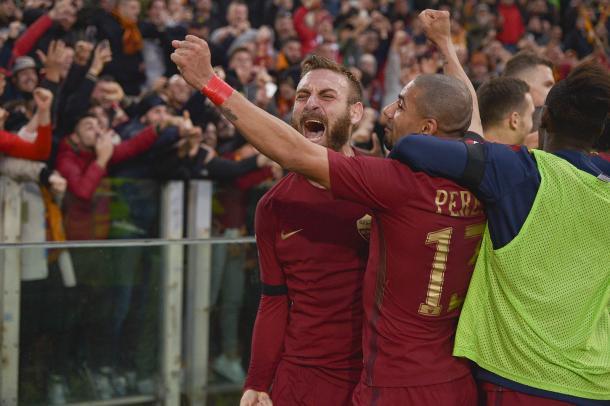 De Rossi y Bruno Peres celebran un gol en la Curva Sud.