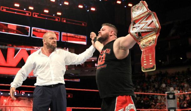 Kevin Owens celebrando la victoria tras la ayuda de Triple H (WWE.com)