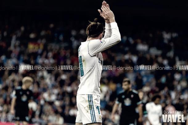 Gareth Bale aplaudiendo a la grada antes de ser sustituido en el Santiago Bernabéu | Foto: VAVEL