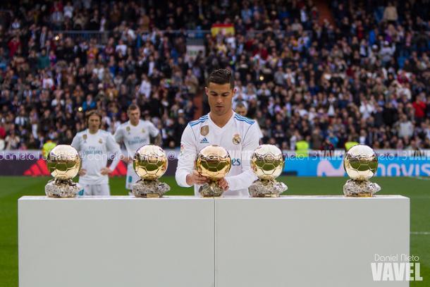 Cristiano junto con sus cinco Balones de Oro   Foto: Dani Nieto (VAVEL).