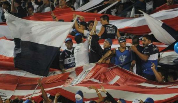 Barras de Gimnasia exibian banderas de Estudiantes. Foto: Ole