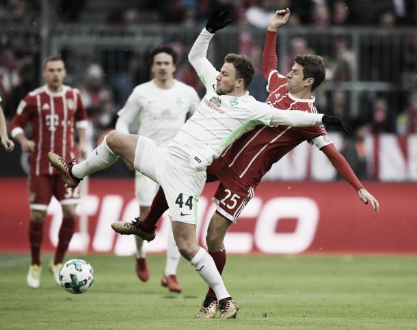 Bargfrede y Müller disputando el balón  | Foto: Twitter @FCBayern