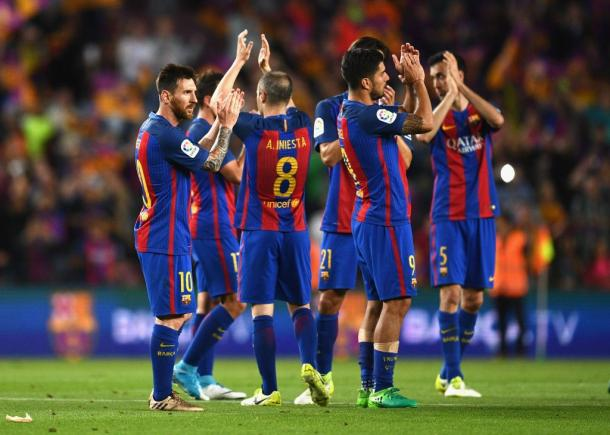 I giocatori del Barcellona vengono applauditi dal Camp Nou a fine partita (Fonte foto: Fox Sports)