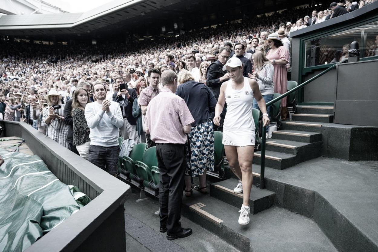 Ashleigh Barty fue hasta las gradas para saludar a su equipo. Foto Wimbledon