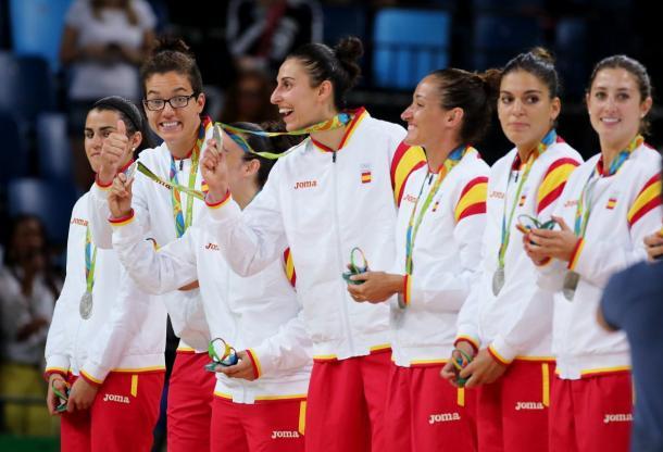 La selección femenina, con Romero y Leonor entre ellas, celebra la plata en Río   Fuente: EFE.
