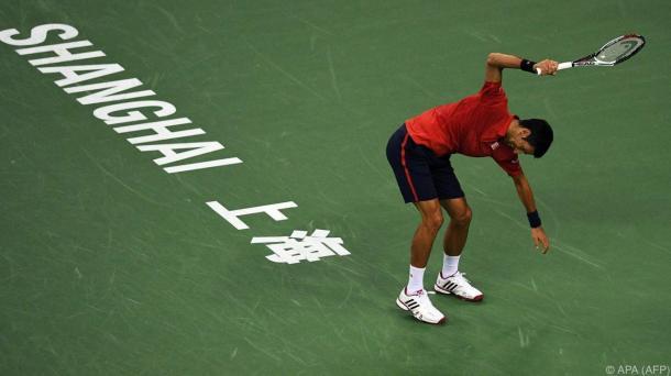 Djokovic - arrabbiato - scaglia ripetutamente la racchetta a terra - Fonte: @APA