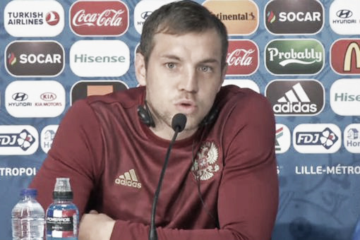 Artem Dzyuba joined his coach in advising the Russian fans l Photo: Mirror.co.uk