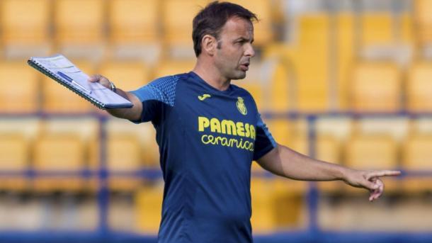 Calleja dando instrucciones durante un entrenamiento | Villarreal CF