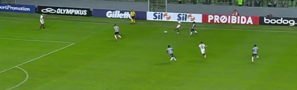 Superioridade numérica do Galo na marcação dificultou a saída de bola do Flamengo e gerou o gol de Cazares (Foto: Reprodução)