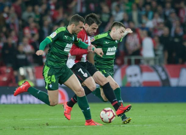 Beñat controla el balón ante dos contrarios. Foto: Athletic Club