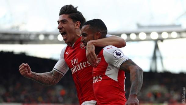 Bellerín celebra un gol junto a Walcott | Fotografía: Arsenal