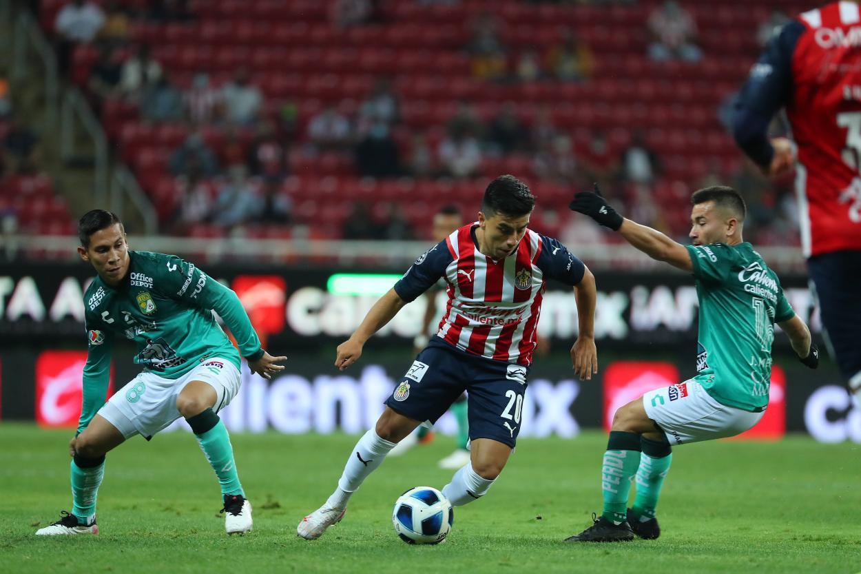 Beltrán disputando el balón. Imagen: Chivas