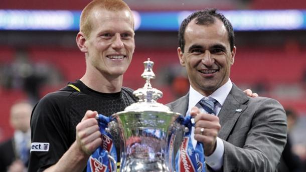   Ben Watson y Roberto Martínez con la FA Cup| Foto: Premier League  