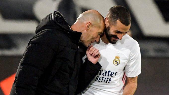 Zidane bromea con Benzema. |Foto: Twitter Real Madrid