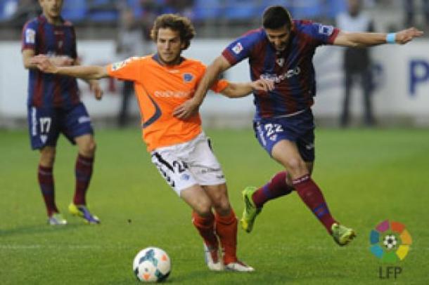 Beobide intenta escaparse de Raúl Navas. / Foto: La Liga