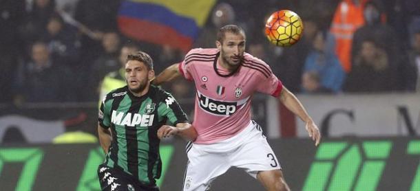 Uno scontro di gioco tra Domenico Berardi e Giorgio Chiellini in un Sassuolo-Juve del 28 ottobre 2015. Foto: Canale Sassuolo