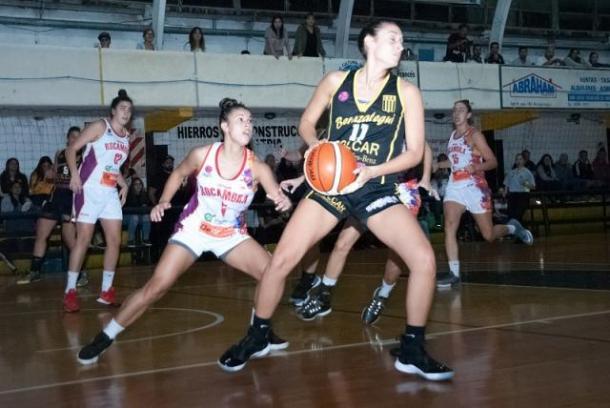 Julieta Vazquez busca pasar el balón. Foto: LFB