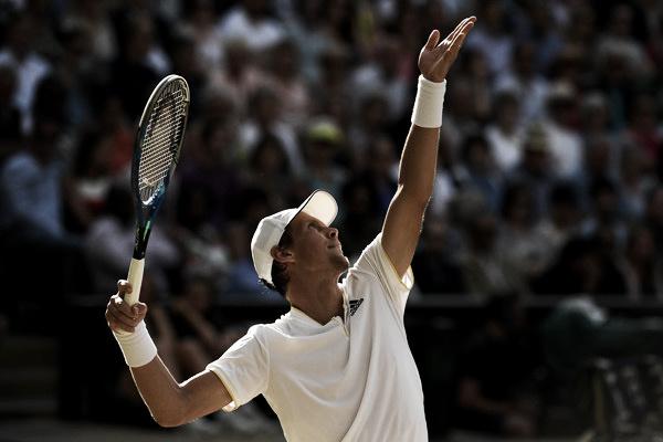 El checo al servicio durante las semifinales de Wimbledon ante Federer. Foto: zimbio.com