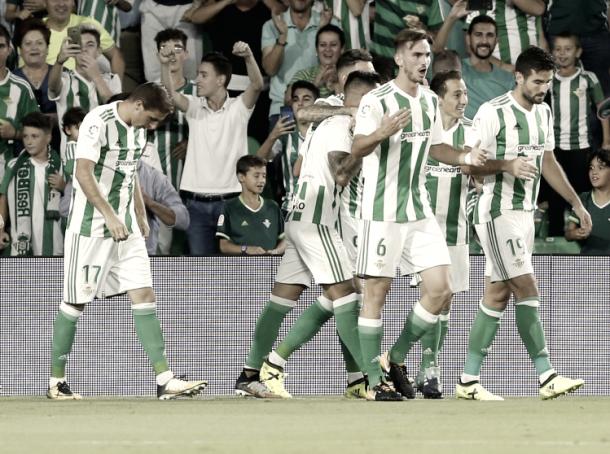 Los jugadores del Betis celebran un gol ante el Levante / Foto vía LaLiga