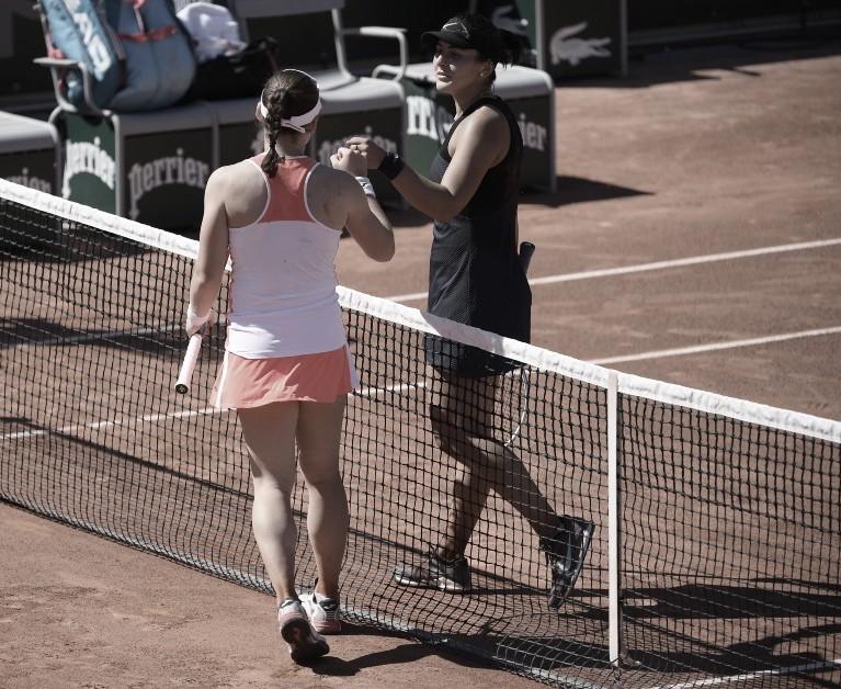 Tamara Zidansek (de espaldas) en el saludo al final del partido con Bianca Andreescu Foto @rolandgarros