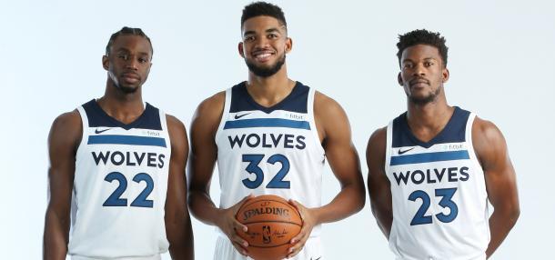 Andrew Wiggins, Karl Anthony-Towns y Jimmy Butler en la presentación del equipo para la próxima temporada | Fotografía: NBA.com