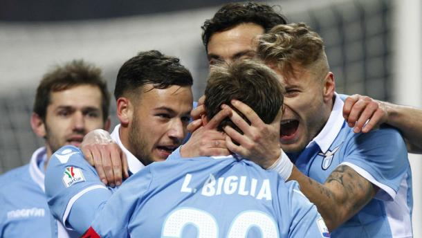 Lucas Biglia, dopo il rigore di San Siro, accerchiato dai compagni - Foto Tuttosport