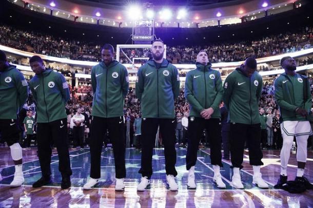 El equipo durante el himno. Fuente: NBA.com