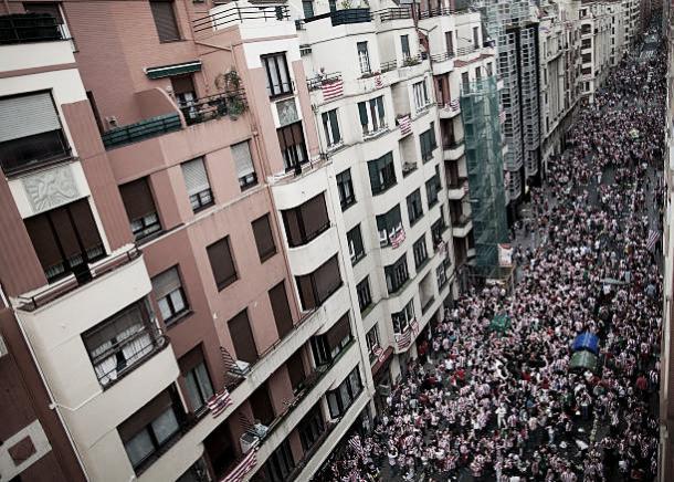 Multidão acompanha o time pelas ruas de Bilbao | Foto: Pablo Blazquez Dominguez/Getty Images