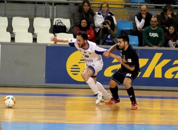 Javaloy agarra a Diego en la disputa por el balón | Foto: bisontescastellon.com