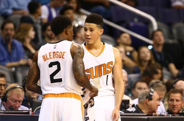 Bledsoe y Booker en un parttido de la pasada temporada |  Fuente: FanSided