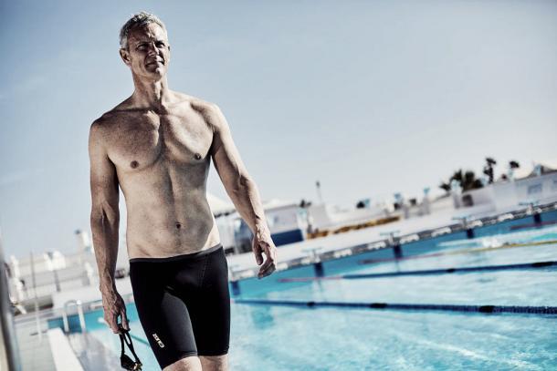 Mark Foster mostrando un bañador de su propia marca. / Foto: MF-X