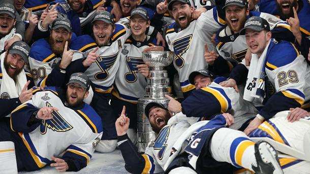 Los Blues celebrando la copa Stanley   NHL.com