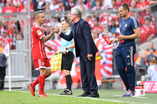 Jupp Heynckes parabeniza Rafinha pelo gol (Sebastian Widmann/Bongarts/Getty Images)