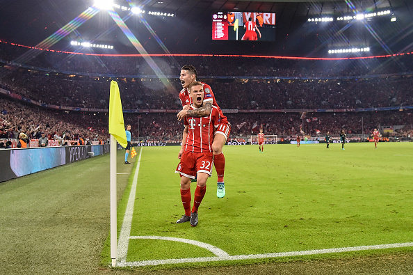 Kimmich e James comemoram o gol bávaro (Lukasz Laskowski/PressFocus/MB Media/Getty Images)