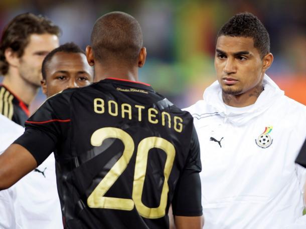 Los hermanos Boateng se saludan en los momentos previos al duelo que enfrentó a Ghana y Alemania en el Mundial de 2010 / Fotografía: Getty Images