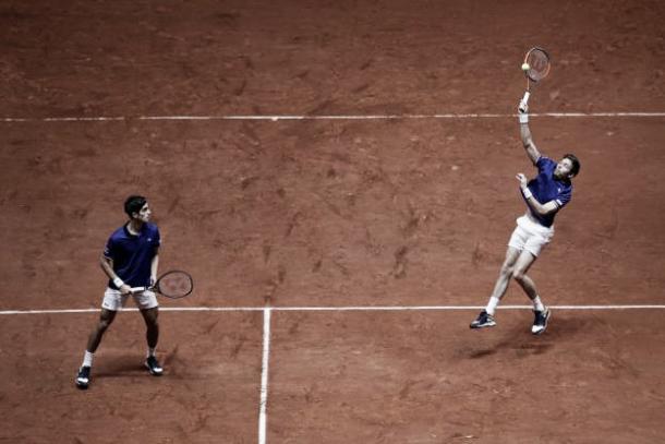 Presión del dobles de la selección francesa. Imagen: @DavisCup